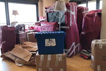 Taşınacak eşyalar, profesyonel ekiplerimizle özel yöntemler ile paketlenir. Tüm eşyalarınız hazır olduğunda dikkatlice aracımıza yüklenir.